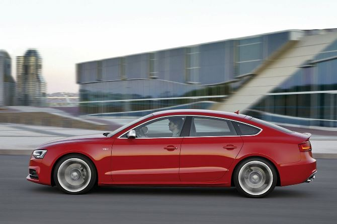 Фото: Вид сбоку на красную Audi S5 Sportback