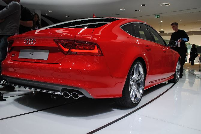 Фото: Вид сзади на великолепную Audi S7 Sportback красного цвета