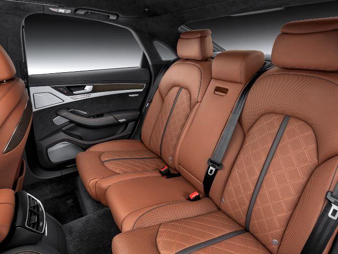 Фото: Великолепный задний ряд сидений в салоне Audi S8 D4